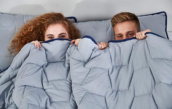 Комплект из подушки, одеяла и переносной сумки многократного использования Dormeo AdaptiveGO